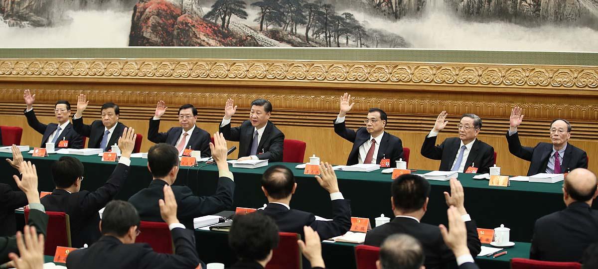 (171023) -- BEIJING, octubre 23, 2017 (Xinhua) -- El presídium del XIX Congreso Nacional del Partido Comunista de China (PCCh) sostiene su cuarta reunión en el Gran Palacio del Pueblo en Beijing, capital de China, el 23 de octubre de 2017. Xi Jinping, Li Keqiang, Zhang Dejiang, Yu Zhengsheng, Liu Yunshan, Wang Qishan y Zhang Gaoli asistieron a la reunión. (Xinhua/Lan Hongguang) (jg) (ah)