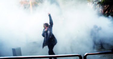 epa06412625 (FILE) - Iranian students clash with riot police during an anti-government protests around the Tehran University in Tehran, Iran, 30 December 2017. Media reported on 01 January 2018 that the anti-regime protests in Iran are continuing. According to Iranian state television on 01 January 2018, ten demonstrators have reportedly died during the current protests.  EPA/STR  Dostawca: PAP/EPA.