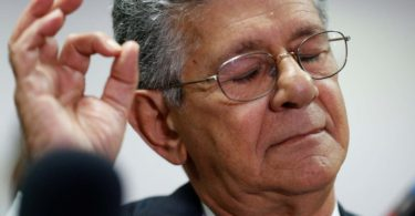 Henry Ramos Allup, President of the National Assembly and deputy of the Venezuelan coalition of opposition parties (MUD), gestures while he talks to the media during a news conference in Caracas, Venezuela May 31, 2016. REUTERS/Carlos Garcia Rawlins