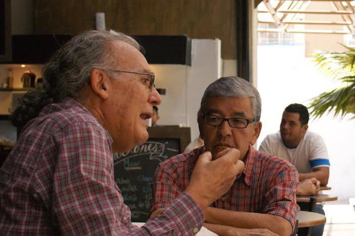 Oswaldo Izquierdo, promotor de la Asociación de Amigos de la Sala CineCelarg3, acompañado del profesor Livio Quiroz, director de la sala (Foto: Artes Visuales Celarg)