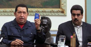 El presidente de Venezuela Hugo Chávez (izquierda) junto al vicepresidente Nicolás Maduro en una foto de archivo del 8 de ciciembre del 2012 divulgada por la Oficina del Palacio de Miraflores. Maduro dijo el martes 1 de enero del 2013, que había visitado al enfermo presidente Chávez en dos ocasiones en Cuba y tiene previsto regresar a Caracas.  (Foto AP/Oficina del Palacio de Miraflores, Marcelo Garcia, archivo)