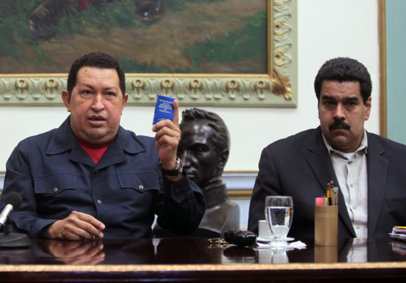 El presidente de Venezuela Hugo Chávez (izquierda) junto al vicepresidente Nicolás Maduro en una foto de archivo del 8 de ciciembre del 2012 divulgada por la Oficina del Palacio de Miraflores. Maduro dijo el martes 1 de enero del 2013, que había visitado al enfermo presidente Chávez en dos ocasiones en Cuba y tiene previsto regresar a Caracas.  (Foto AP/Oficina del Palacio de Miraflores, Marcelo Garcia, archivo)