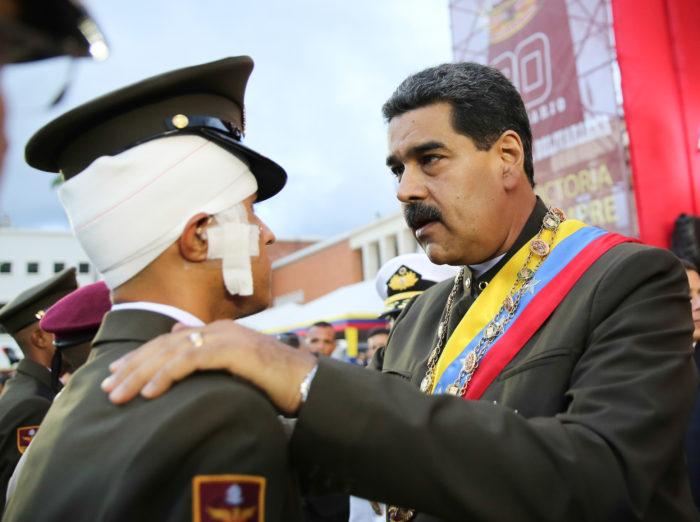El presidente, Nicolás Maduro hablando con una víctima del odio criminal.