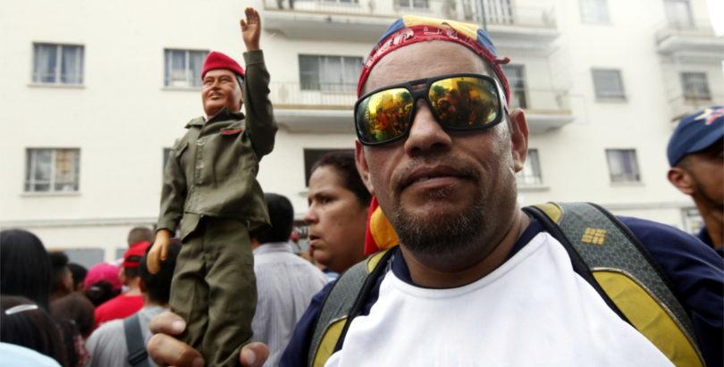 Chavez y militante1132x575